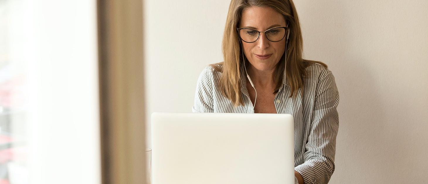 woman-business-computer